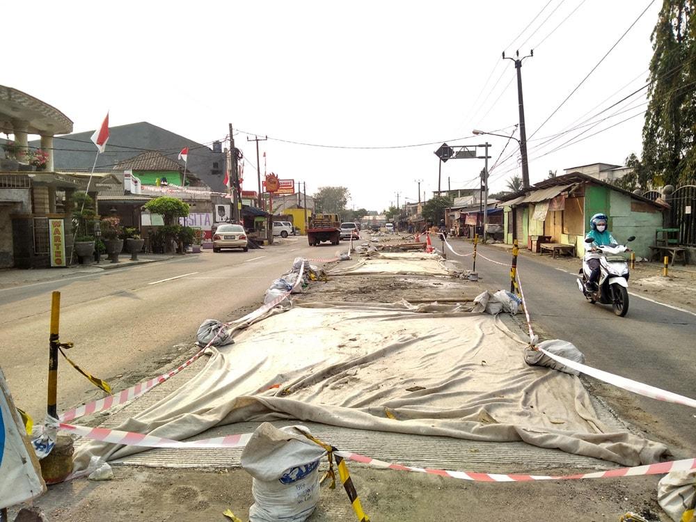 instalasi geotextile di jalan raya serang